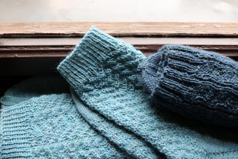 REGIA-Socken: Lonesome George in cloud meliert (li.), Convivial Conny in bluestone meliert (re.)