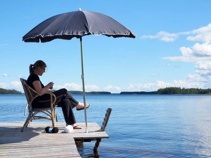 Eeva's Liebslings-Strickplatz auf dem Steg am finnischen Saimaa-See