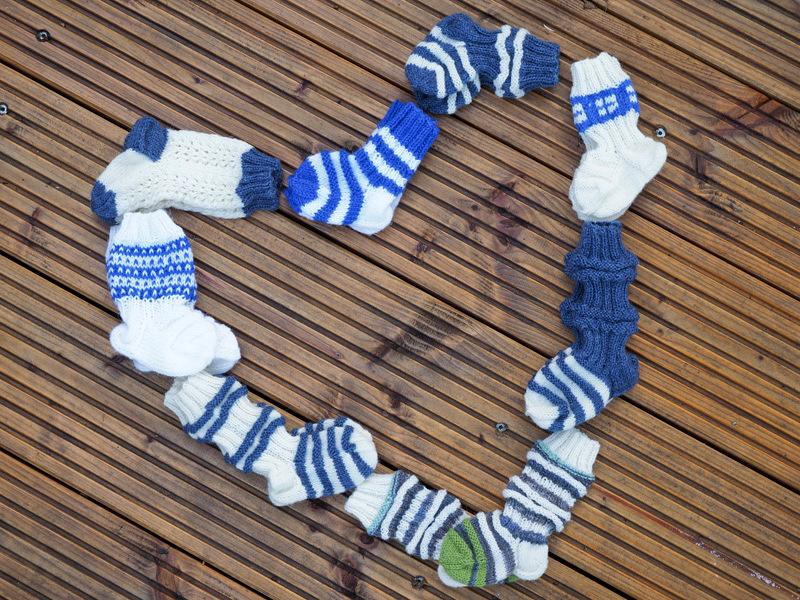 """Eeva's Baby-Söckchen in blau-weiß - darunter viele sog. """"Zugsocken"""""""