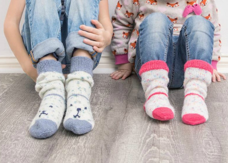 Bunte REGIA-Socken an kleinen Kinderfüßen