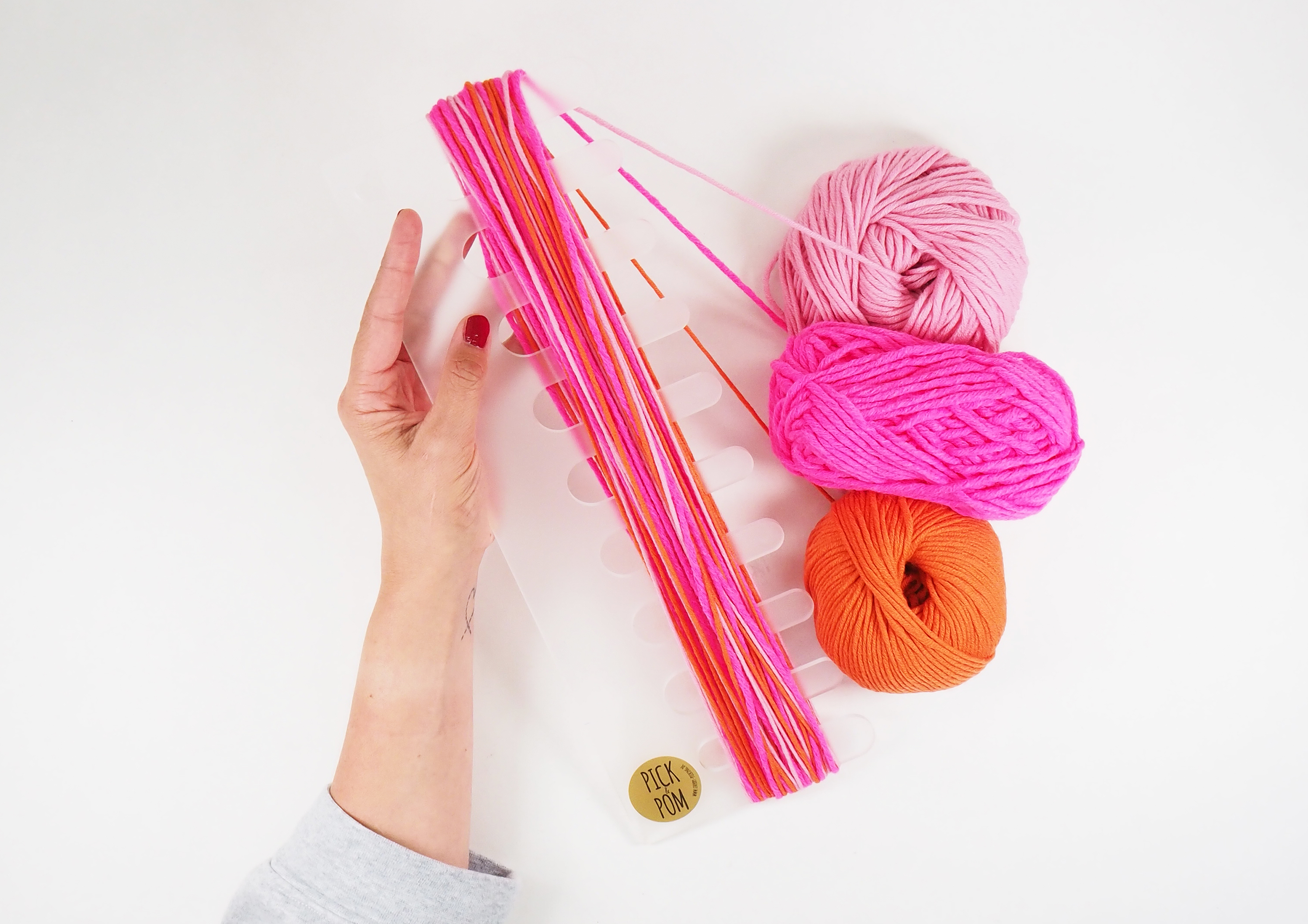 Pick & Pom - nine pompons at a stroke! It has never been so easy to make so many pompons in the shortest time possible.