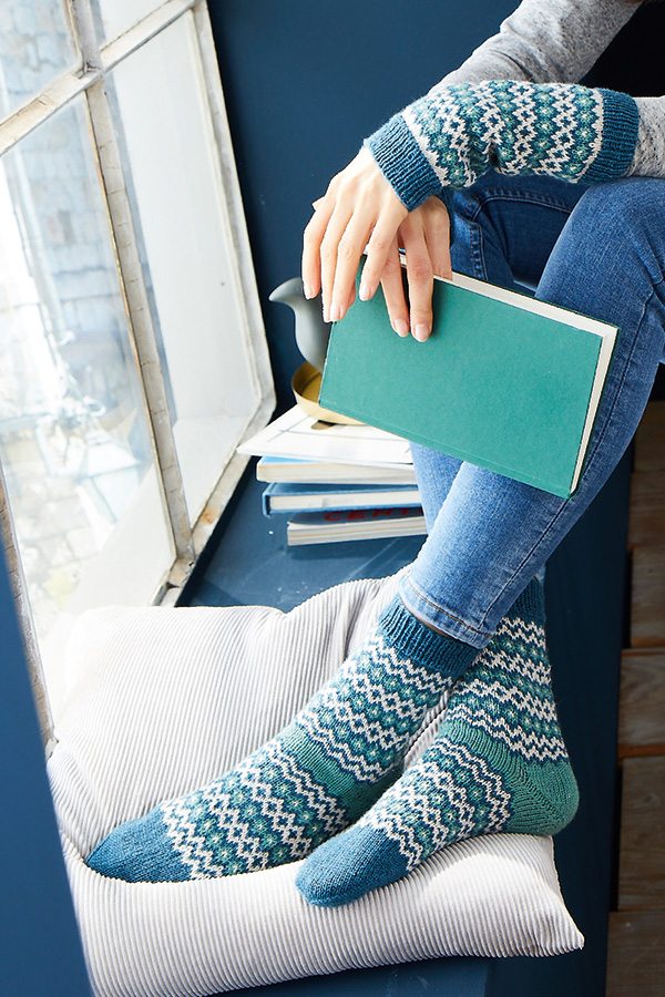 Socken und Armstulpen R0366 und R0367 entworfen von Kerstin Balke