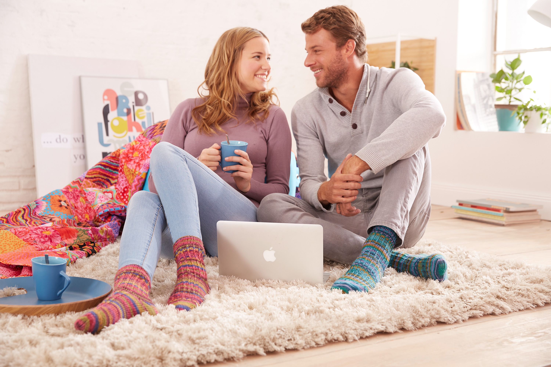 Farbenfrohe Socken der REGIA Design Line - in diesem Fall designed by Kaffe Fassett
