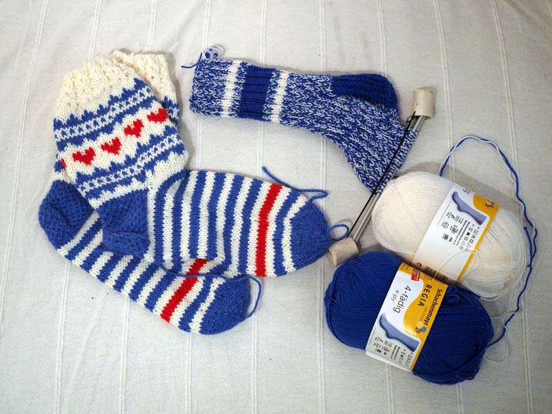New bed socks and always a pair on the needles: 2 x 4-ply REGIA makes blue & white Finnish 8-ply socks!