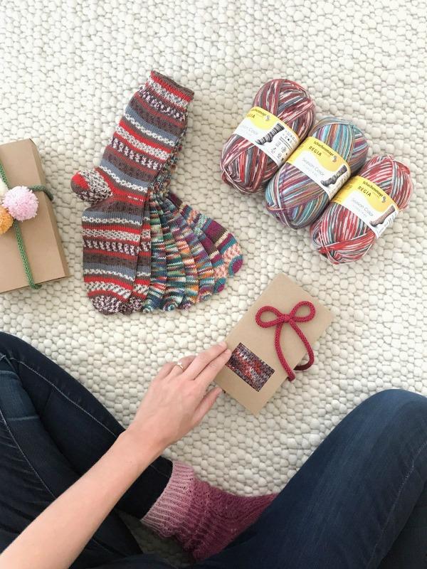 Chic verpackt: Weihnachtssocken aus REGIA Season Color